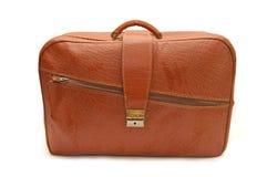 Alter brauner Koffer auf einem weißen Hintergrund Lizenzfreies Stockfoto