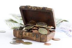 Alter brauner Koffer voll Geld Lizenzfreies Stockfoto