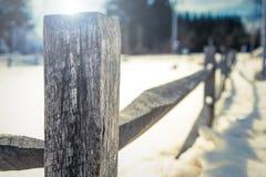 Alter Bretterzaun im Schnee stockfoto