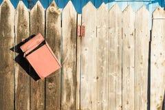 Alter Bretterzaun und rostiger Briefkasten Lizenzfreie Stockfotos