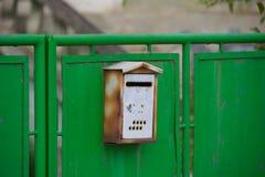 Alter Briefkasten auf dem Tor stockbilder