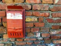 Alter Briefkasten auf einer Backsteinmauer Lizenzfreies Stockbild