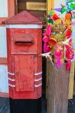 Alter Briefkasten und altes Spielzeug Stockfoto