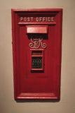 Alter BRITISCHER Briefkasten eingebettet in der Wand Stockfotos