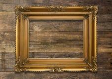 Alter Brown-Bilderrahmen auf hölzernem Hintergrund Lizenzfreies Stockfoto