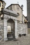 Alter Brunnen des öffentlichen Wassers in Italien lizenzfreies stockfoto
