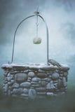 Alter Brunnen im Nebel lizenzfreie stockbilder