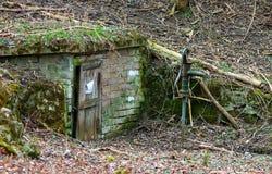 Alter Brunnen im Wald am Herbst lizenzfreies stockfoto