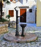 Alter Brunnen mit frischer wasser- alter Stadt Kotor lizenzfreies stockfoto