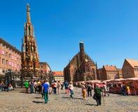 Alter Brunnen Schoner Brunnen wurde im 14. Jahrhundert errichtet Brunnen verziert den zentralen Platz Hauptmarkt stockfoto