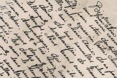 Alter Buchstabe mit handgeschriebenem französischem Text Stockbilder