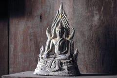 Alter Buddha auf hölzernem Hintergrund Lizenzfreies Stockbild