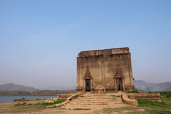 Alter Buddha im alten Tempel Stockfotografie