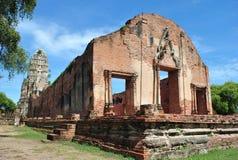 Alter Buddha-Tempel auf Hintergrund des blauen Himmels, Thailand Stockfotografie