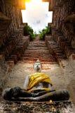 Alter Buddha und alte Backsteinmauer auf alten Monumenten, die sind Stockbilder