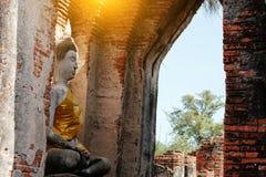 Alter Buddha und alte Backsteinmauer auf alten Monumenten, die sind Stockfoto