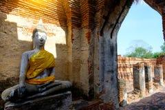 Alter Buddha und alte Backsteinmauer auf alten Monumenten, die sind Stockfotos