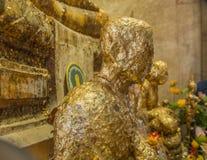 Alter Buddhismus-Mönch Statue Face Closeup in Amphawa stockbilder