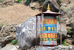 Alter buddhistischer Mani entsteint Gebetsräder mit heiligen Beschwörungsformeln, Nepal Lizenzfreie Stockbilder