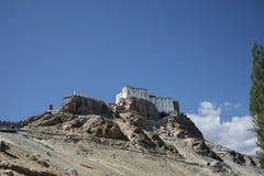 Alter buddhistischer Tempel auf Klippe Stockbild