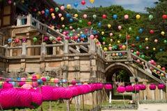 Alter buddhistischer Tempel mit Laternen Stockfotografie