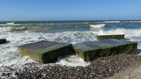 Alter Bunker des zweiten Weltkriegs in den Wellen Strand der Ostseeküste bei Wustrow stock video