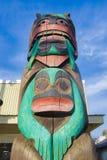 Alter bunter Totempfahl in Duncan, Britisch-Columbia, Kanada Stockfoto