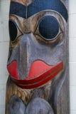 Alter bunter Totempfahl in Duncan, Britisch-Columbia, Kanada Stockfotografie