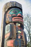 Alter bunter Totempfahl in Duncan, Britisch-Columbia, Kanada Stockbilder