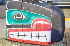 Alter bunter Totempfahl in Duncan, Britisch-Columbia, Kanada Stockbild
