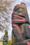 Alter bunter Totempfahl in Duncan, Britisch-Columbia, Kanada Lizenzfreie Stockfotografie