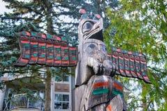 Alter bunter Totempfahl in Duncan, Britisch-Columbia, Kanada Lizenzfreie Stockfotos