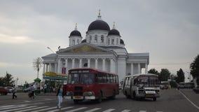 Alter Bus und alte Kirche als Hintergrund Lizenzfreie Stockfotos