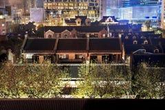 Alter Chinese bringt Xintiandi Shanghai China unter stockbild