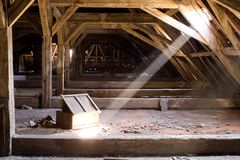 Alter Dachboden eines Hauses, versteckte Geheimnisse Lizenzfreies Stockbild