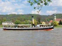 Alter Dampfer auf dem Fluss Elbe Lizenzfreie Stockfotos
