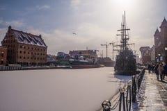 """Alter Dampfer und ein sailship Liegeplatz in der Winterzeit in GdaÅ-""""SK Stockfotos"""
