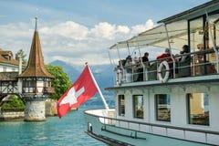 Alter Dampfer voll des touristischen nahen Schlosses Oberhofen stockbilder