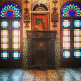 Alter dekorativer Kamin Stockfotos