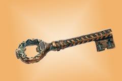 Alter dekorativer Schlüssel verschleierte kupferne Patina Stockfoto