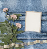 Alter Denimhintergrund mit Papierrahmen, Perlen Stockfoto