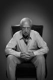 Alter denkender und wartender Mann Lizenzfreie Stockbilder
