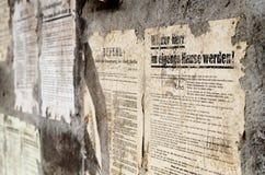 Alter Deutscher schädigte Plakatzeitungsnachrichten auf einer Wand Lizenzfreies Stockbild