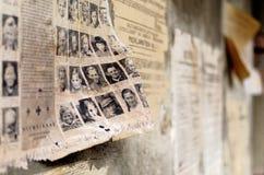 Alter Deutscher schädigte Plakatzeitungsnachrichten auf einer Wand stockbilder