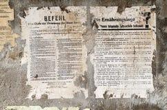 Alter Deutscher schädigte Plakatzeitungsnachrichten auf einer Wand stock abbildung