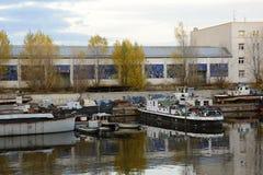 Alter Dock-/Fluss-Hafen, der in Stücke, Prag, Europa fällt stockfotografie