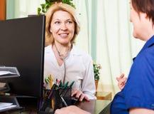 Alter Doktor, der positive Nachrichten für eine Person hat Stockfotos