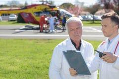 Alter Doktor und mobiler Fliegenkrankenwagen stockfotografie