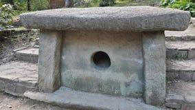 Alter Dolmen im Park Dendrarium, Sochi-Markstein stockfoto
