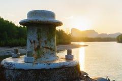 Alter Doppelpoller im Hafen am Sonnenlichtmorgen Lizenzfreie Stockbilder